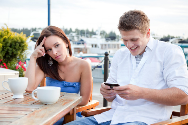 man texting while on date